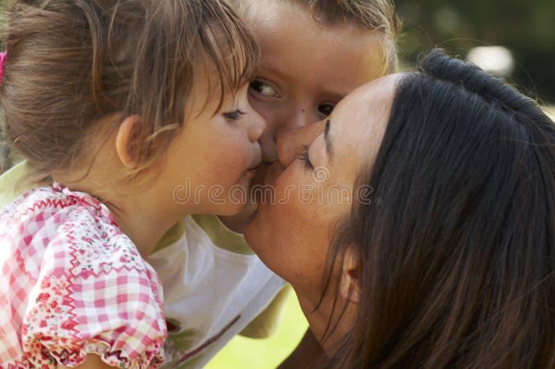 De liefde van de moeder stock afbeeldingen