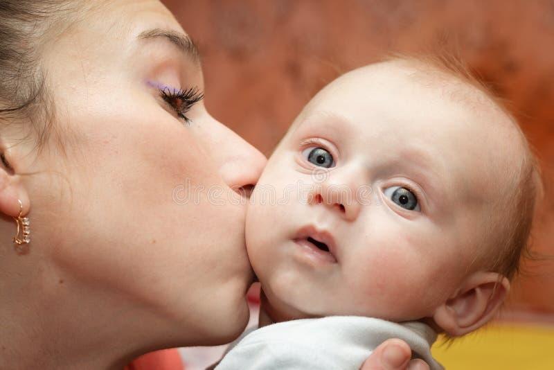 De Liefde van de moeder stock fotografie