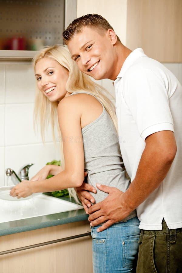 De liefde van wittebroodsweken in de keuken stock foto's