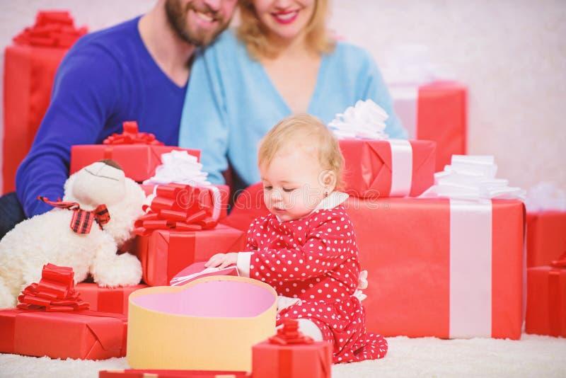 De liefdeconcept van de familie Allen wij wensen is liefde Het paar in liefde met babypeuter viert verjaardag Mooie leuke familie royalty-vrije stock foto's