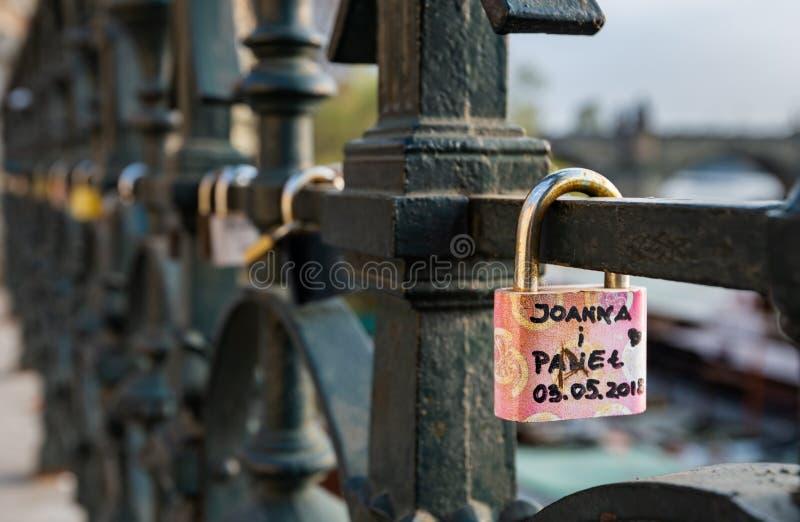 De liefdesloten hingen langs de rivier van Pragues Vltava - naast Charles Bridge - Tsjechische Republiek - April 2019 stock foto's