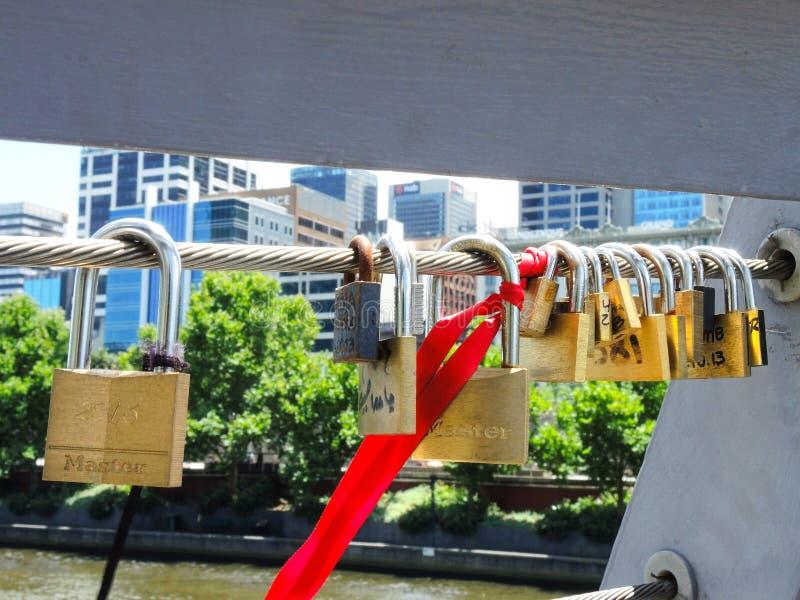 De liefdesloten zijn in bijlage aan de Brug van oriëntatiepuntzeevaarders in Melbourne royalty-vrije stock foto's