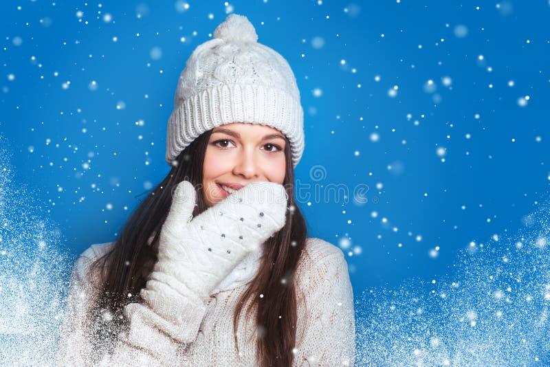 De liefdewinter Vrij jonge gelukkige vrouw in de winterkleren stock afbeelding