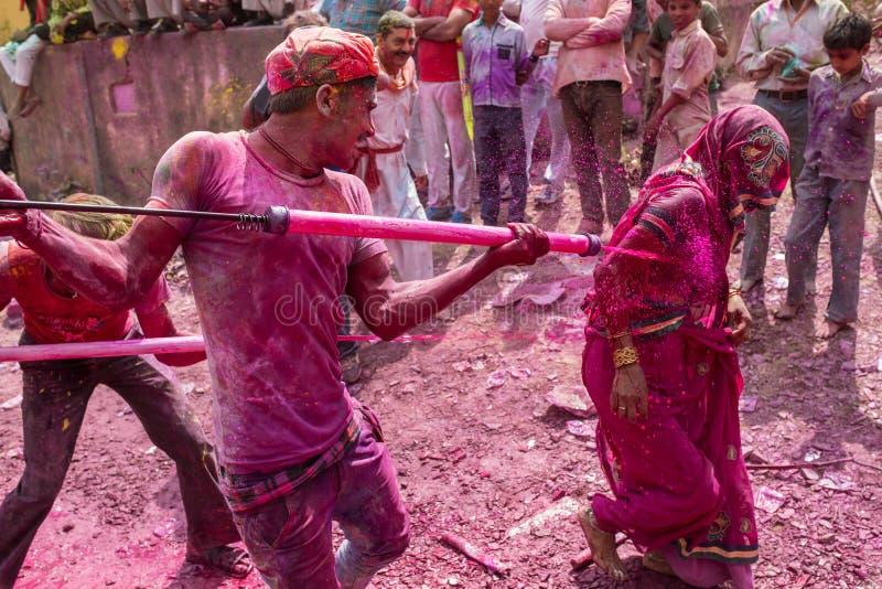 De liefhebbers vieren Lathmar Holi in Barsana-dorp, Uttar Pradesh, India stock afbeeldingen