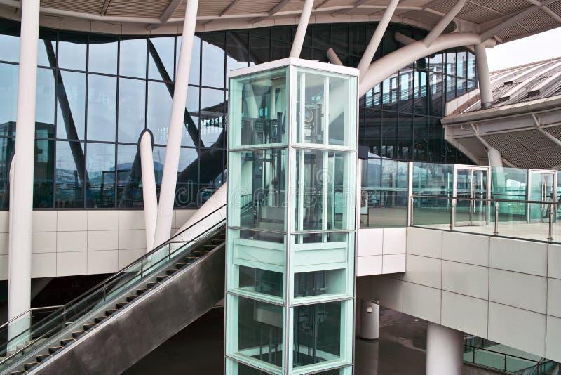 De lift en de roltrap van het glas royalty-vrije stock afbeeldingen
