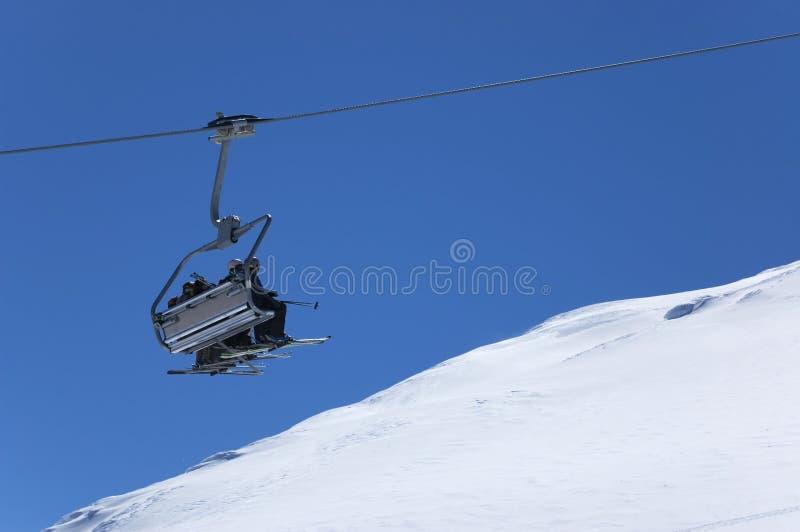 De lift van de stoel bij skitoevlucht. De vakanties van de winter stock afbeelding