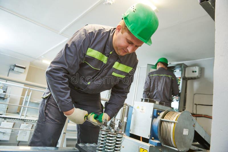 De liftmachinist maakt onderhoud in motorruimte royalty-vrije stock foto