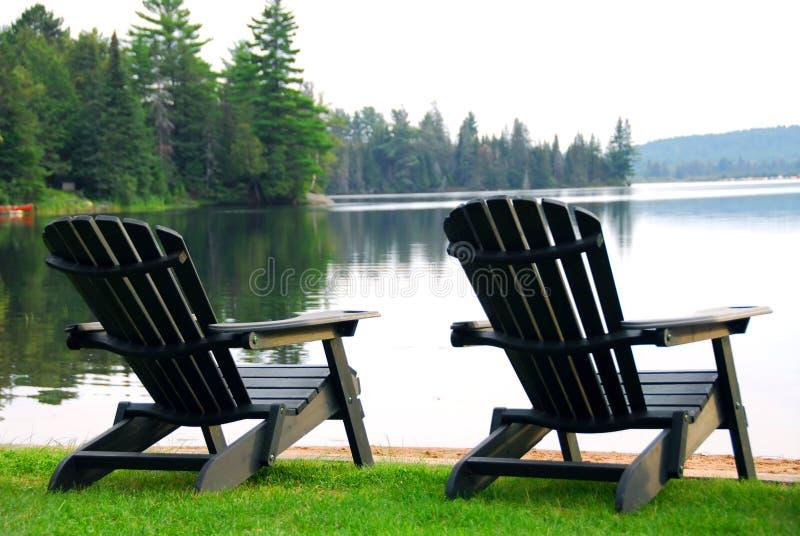 De ligstoelen van het meer stock afbeeldingen