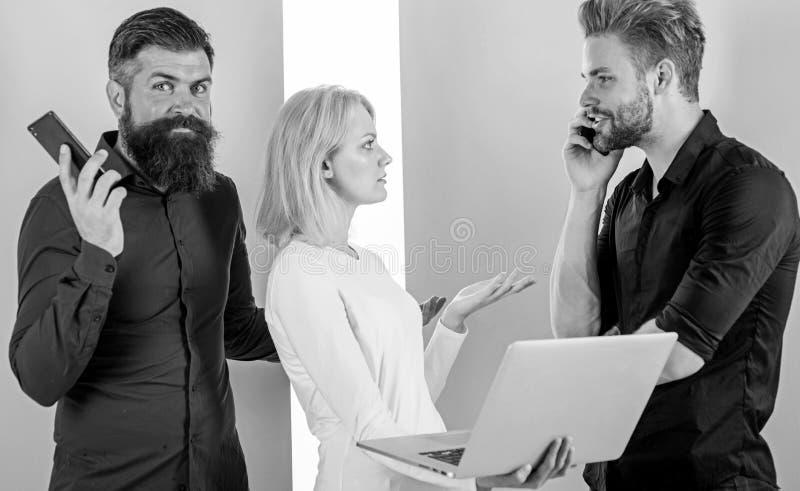 De lijn is bezig De marketing van teaminternet het werkinhoud het cre?ren Sociale media die team op de markt brengen De mannen en stock foto