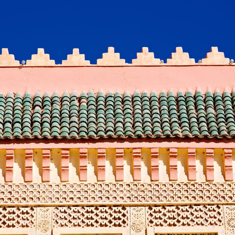 de lijn in de oude tegel van Marokko Afrika en colorated vloer ceramische abst stock foto