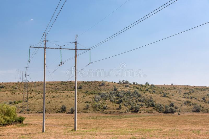 De lijn met hoog voltage in de steppe stock foto