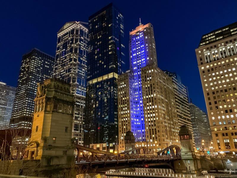 De Lijn van Chicago bij nacht wordt verlicht die stock foto