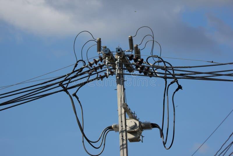 De lijn van close-upeletricity en elektriciteitspost stock foto's