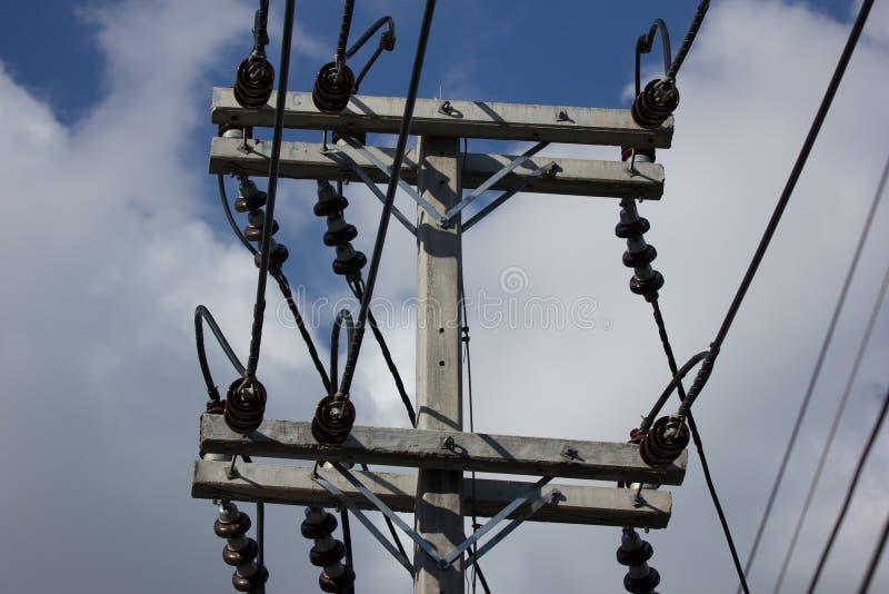 De lijn van close-upeletricity en elektriciteitspost royalty-vrije stock afbeelding