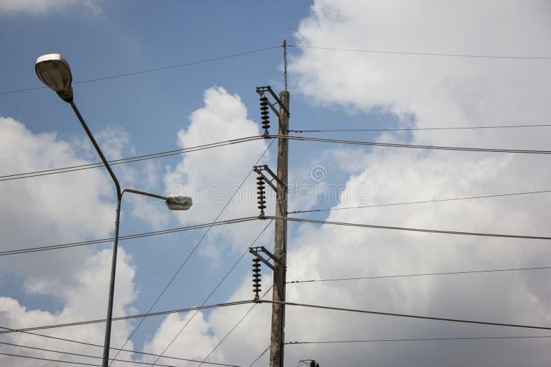 De lijn van close-upeletricity en elektriciteitspost stock fotografie