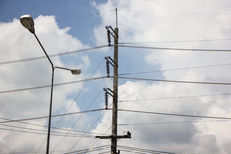 De lijn van close-upeletricity en elektriciteitspost stock foto