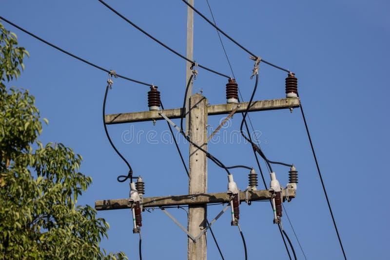 De lijn van close-upeletricity en elektriciteitspost royalty-vrije stock afbeeldingen
