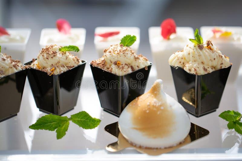 De lijn van het dessertbuffet bij een buffetlijst royalty-vrije stock foto's