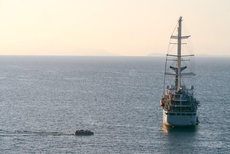 De lijnbootschip die van de luxecruise van haven op zonsopgang, zonsondergang, de baai van Itali? Sorrento, reisreis, het werk op royalty-vrije stock afbeeldingen