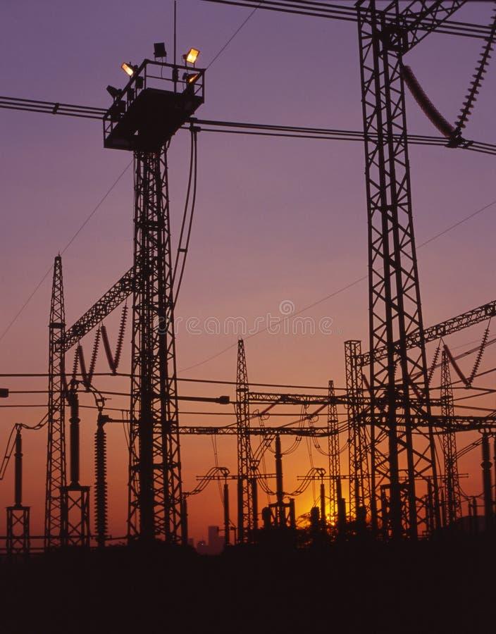 De lijnen van de elektriciteit bij schemer