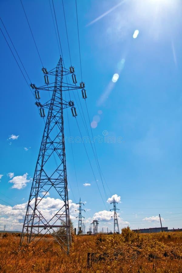 De lijnen van de macht, blauwe hemel en zonlicht stock foto