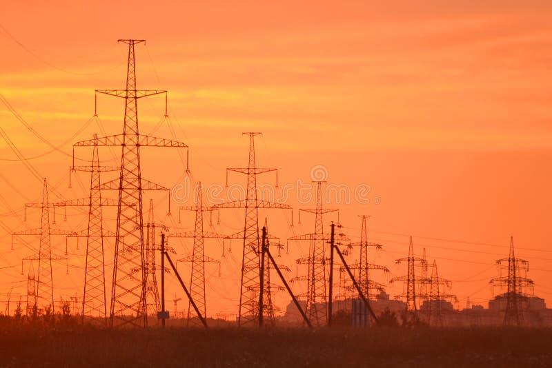 De lijnen van de stroomtransmissie bij zonsondergang royalty-vrije stock afbeeldingen