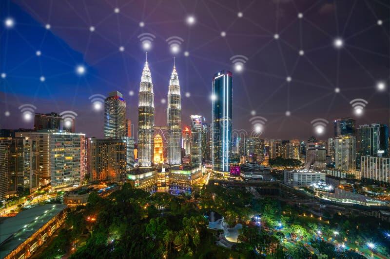De lijnen van de digitaal netwerkverbinding en wifipictogrammen met Kuala Lumpur Downtown, Maleisië Financieel district in slimme royalty-vrije stock fotografie