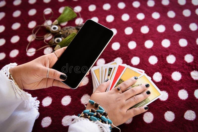 De lijnen van het de lezingsfortuin van de fortuinteller op de horoscopen online fortuin van het schermsmartphone moderne het ver royalty-vrije stock fotografie