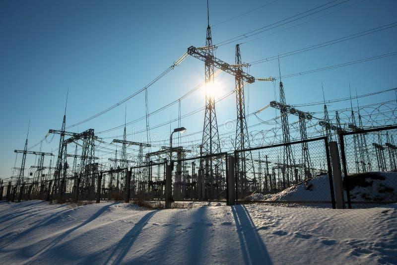 De lijnen van de hoogspanningsmacht in de winter Thermische elektrische centrale royalty-vrije stock afbeelding
