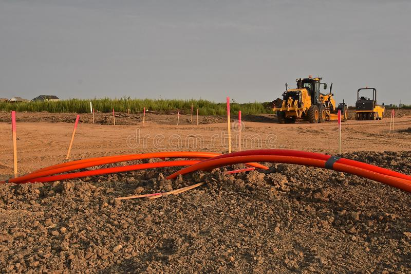 De lijnen van de oranje kabeltelecommunicatie stock fotografie