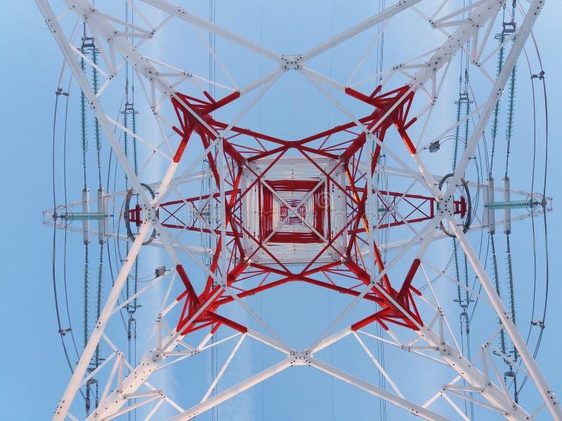De lijntoren die van de hoogspanningsmacht van bodem kijken royalty-vrije stock afbeeldingen