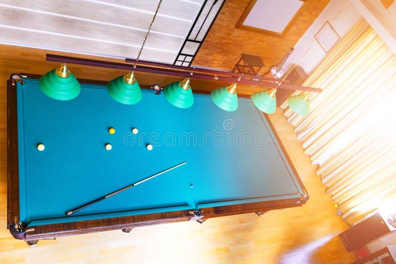 De lijst dichte omhooggaand van het biljart Speel Biljart Biljartballen en richtsnoer op groene biljartlijst Het concept van de b royalty-vrije stock foto