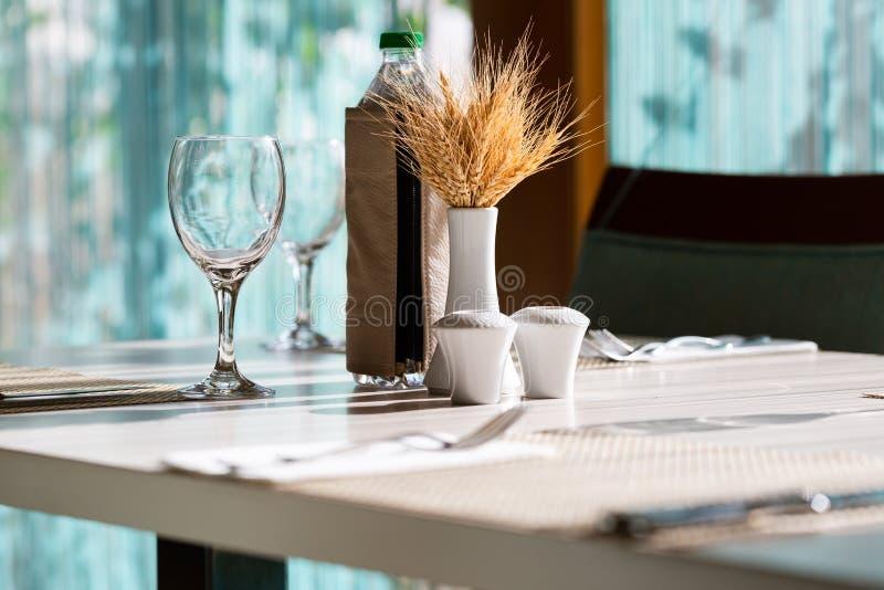 De lijst die van het hotelrestaurant met leuke decoratie plaatsen royalty-vrije stock afbeelding