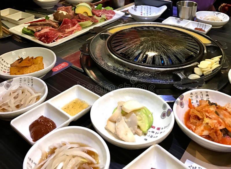 De lijst die voor het koken van Koreaanse barbecue, kimchi, groenten wordt gediend, legde uien, knoflook, vlees op porseleinplate royalty-vrije stock afbeelding