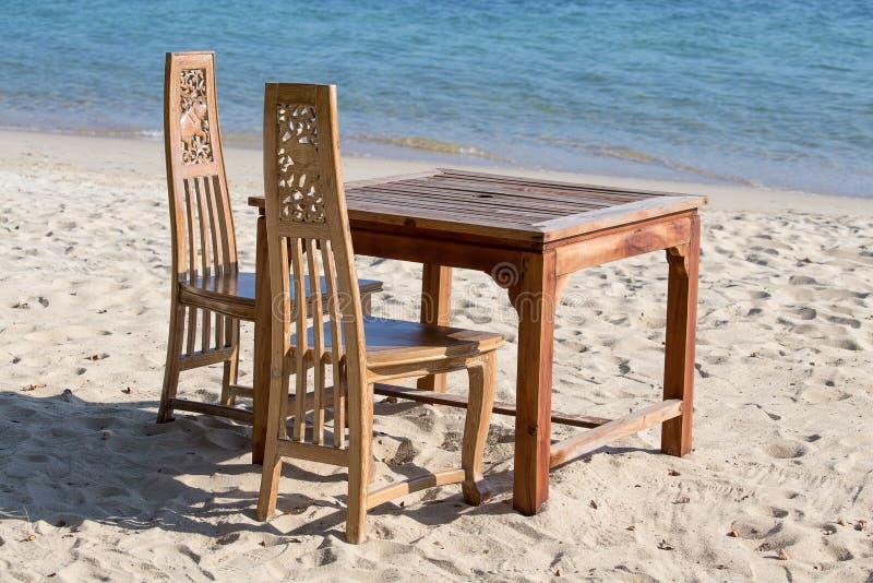 De lijst en de stoelen met een mooie overzees bekijken op eiland Koh Chang, Thailand stock fotografie