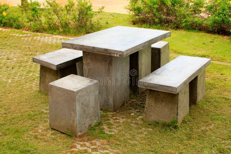 De lijst en de kruk van steenbanken bij een tuin in Phetchabun, Thailand royalty-vrije stock foto