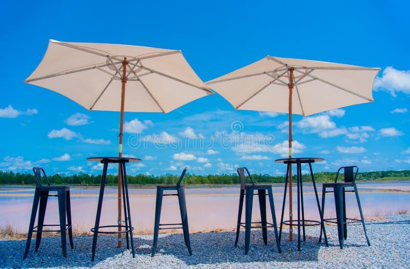 De lijst en de stoelen en de paraplu's nemen fotografie omhoog kijkend royalty-vrije stock fotografie