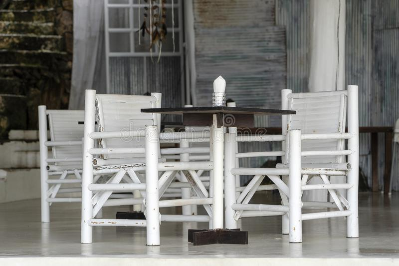 De lijst en de stoelen in strandkoffie, sluiten omhoog royalty-vrije stock foto