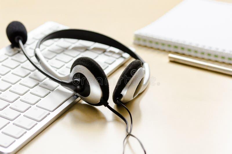 De lijst van de call centresteun met hoofdtelefoon en toetsenbord stock afbeelding