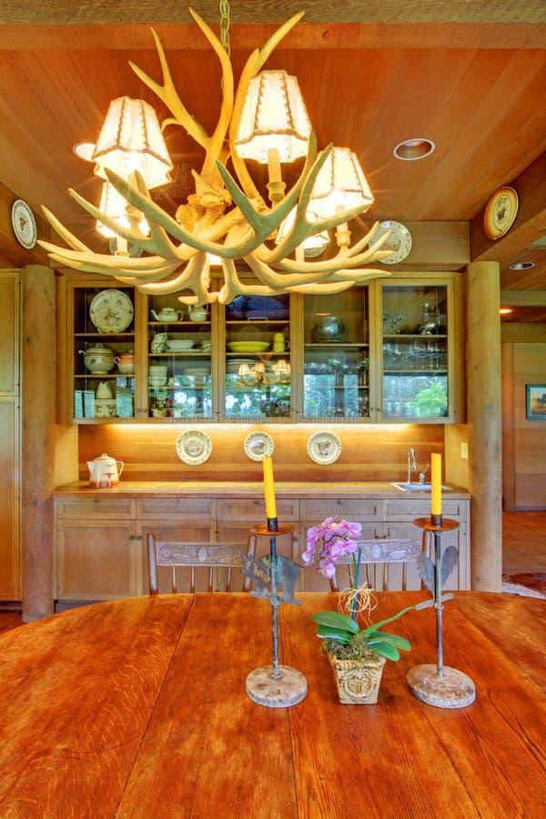 De lijst van de eetkamer met elandenlicht boven het. stock foto's