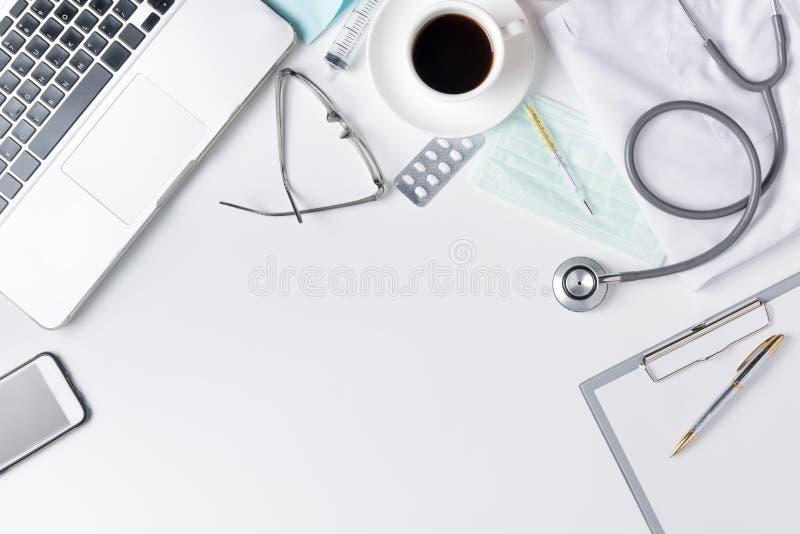 De lijst van het artsenbureau met stethoscoop, koffie, Medische toga en niet stock fotografie