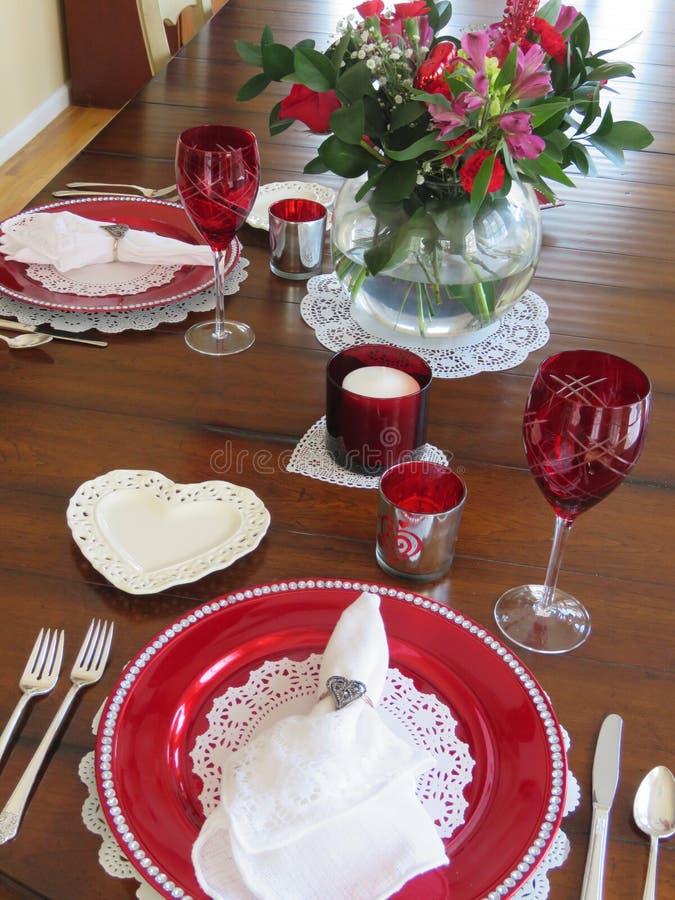 De lijst van het de Dagdiner van Valentine die voor twee wordt geplaatst -- hoe romantisch stock afbeeldingen