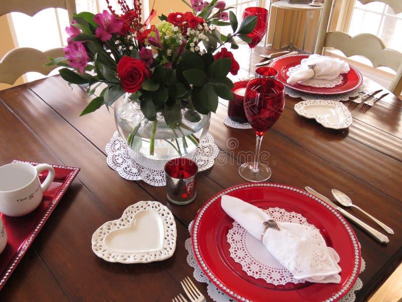 De lijst van het de Dagdiner van Valentine die voor twee wordt geplaatst -- hoe romantisch stock foto