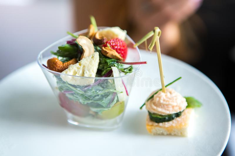 De Lijst van de het Huwelijksgebeurtenis van het cateringsvoedsel Buffetlijn in Huwelijk Heerlijk voorgerechtclose-up stock afbeelding