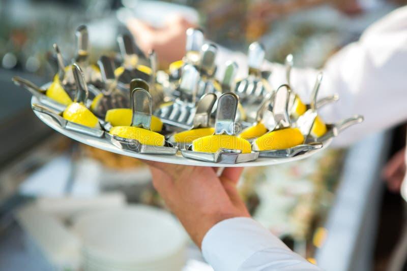 De Lijst van de het Huwelijksgebeurtenis van het cateringsvoedsel Buffetlijn in Huwelijk Heerlijk voorgerechtclose-up royalty-vrije stock foto's