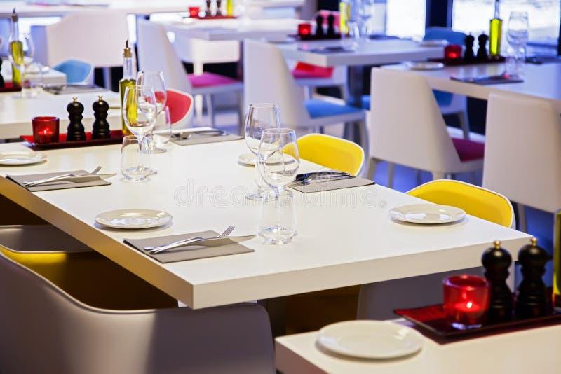 Download De Lijst Van Het Restaurant Stock Afbeelding - Afbeelding bestaande uit restaurant, decoratie: 29500499
