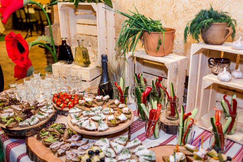 De lijst van het vakantiebuffet door verschillende canape, sandwiches die, sna wordt gediend stock fotografie