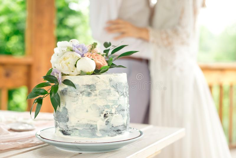De lijst van de huwelijksdecoratie in de tuin, bloemenregeling, in de stijlwijnoogst op openlucht De Cake van het huwelijk met Bl royalty-vrije stock afbeelding
