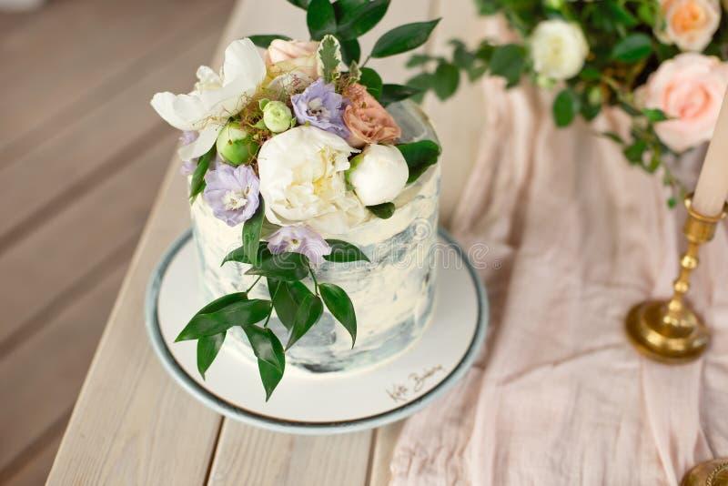 De lijst van de huwelijksdecoratie in de tuin, bloemenregeling, in de stijlwijnoogst op openlucht De Cake van het huwelijk met Bl stock foto's