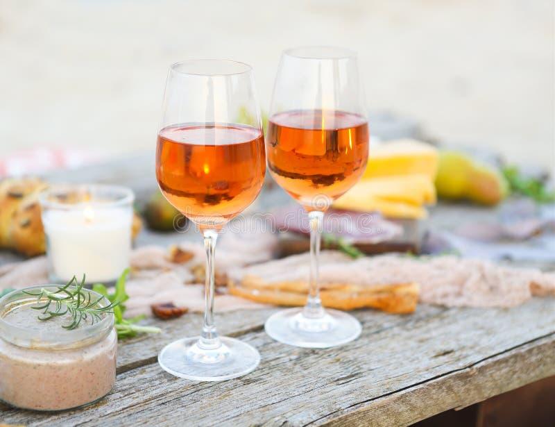De lijst van de strandpicknick met roze wijn royalty-vrije stock foto's